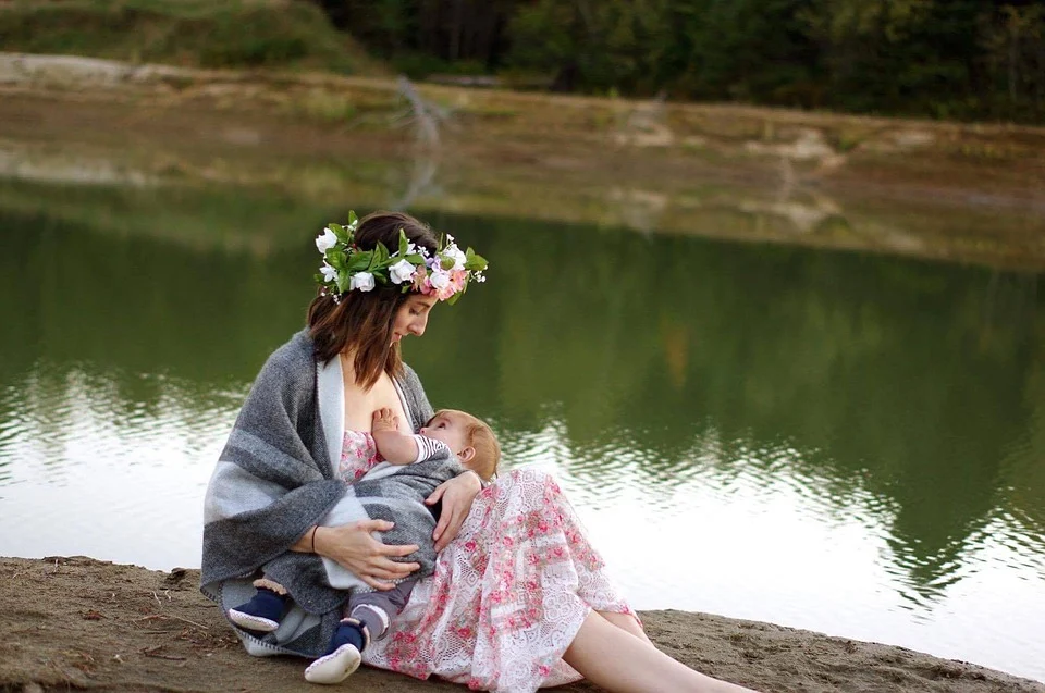 https://pixabay.com/photos/breastfeeding-nature-girl-2435896/